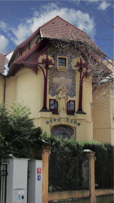 """""""La strada degli artisti""""  Via Slavíckova ha sempre avuto uno stretto legame con l'arte, a partire dal suo stesso nome. La via è intitolata oggi al grande pittore impressionista ceco Antonín Slavícek, ma fino al 1947 era conosciuta anche come via Mánesova (Josef Mánes fu un famoso pittore dell'Ottocento che decorò l'orologio astronomico della città vecchia). Alcune delle ville che si affacciano su questa via sono dei gioielli architettonici. La casa al civico 17 fu l'abitazione…"""