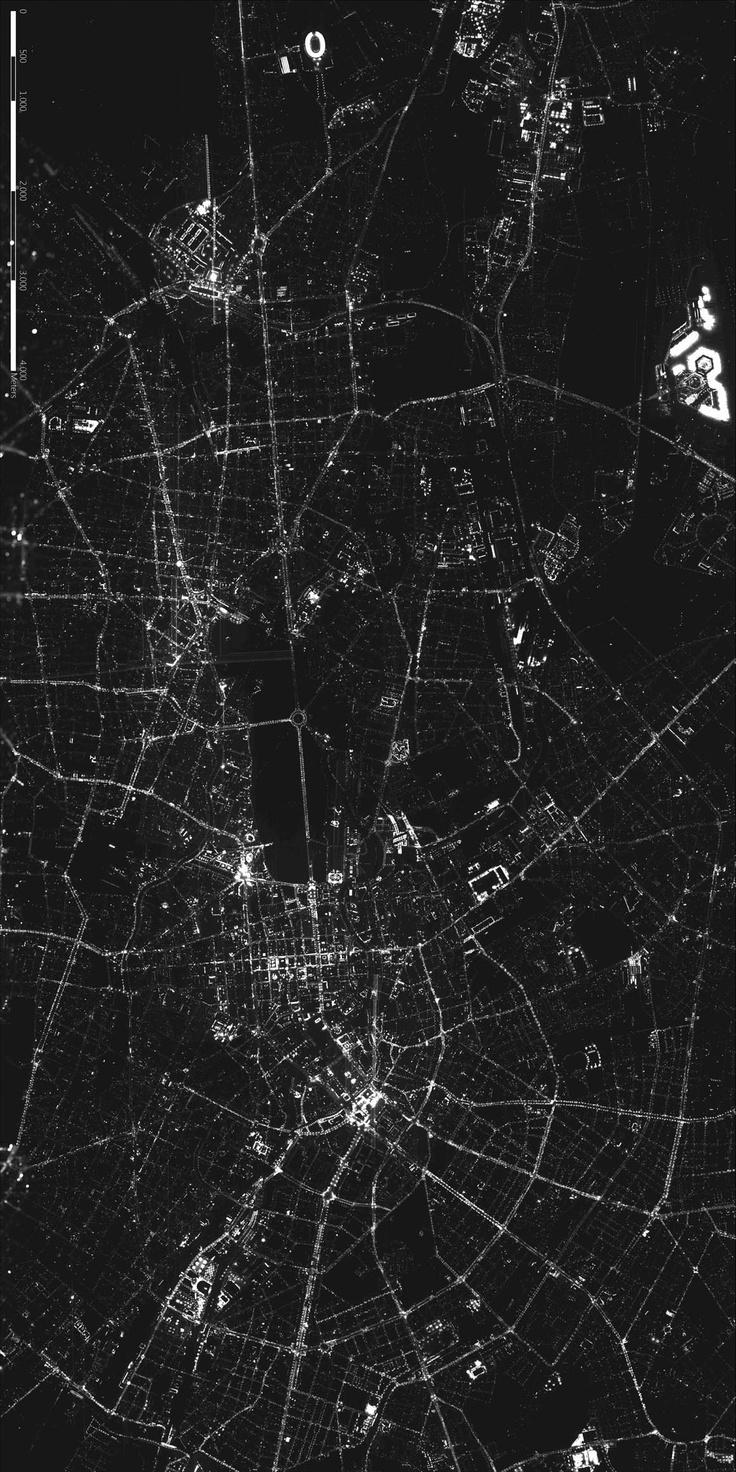 Berliner Forscher haben aus mehr als 2600 Einzelaufnahmen ein 878 Megapixel großes Luftbildmosaik von Berlin bei Nacht angefertigt.   Mithilfe der Luftaufnahmen untersuchen die Forscher Lichtverschmutzung. Ziel ist es, die Quellen von nach oben abgestrahlter künstlicher Beleuchtung und die Verteilung künstlicher Beleuchtung in der Stadt zu erkennen.   http://www.pro-physik.de/details/news/2560381/Das_naechtliche_Berlin_von_oben.html