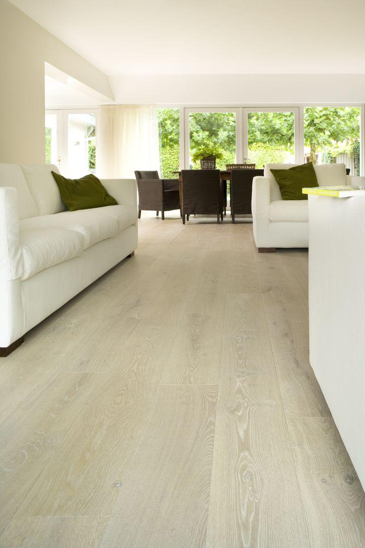 Lichte vloer die goed gecombineerd kan worden met vele woonstijlen. De vloer van Frans eiken hout in Spiaggia finish is in verschillende breedtes leverbaar. Ook op vloerverwarming.