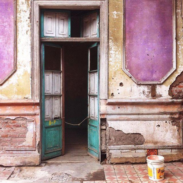 Old Door in Santiago de Chile by @laciudadalinsta   © Excelente @espaciosrevelados