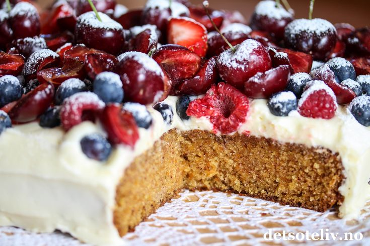 Når du dekker en myk gulrotkake med ostekrem og massevis av friske bær og moreller, får du en fantastisk deilig sommerkake! Denne gulrotkaken stekes i liten langpanne, men du kan også bruke en stor, rund form hvis du foretrekker rund kake. Noe for helgen kanskje?