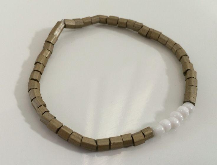 NEW | Army Green collectie | mat goud met wit trendy armband | bestel deze of kom hem ophalen voor € 4,00 per stuk #marblesmusthaves #handmade #sieraden #armbanden #armcandy #matgoud #wit #newcollectie #loveit