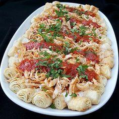 Yöreye göre adı değişiklik gösteren bu lezzet bugünkü iftar  menümuzde yerini aldı.  Siron-Tirit malzemeler: 2 adet yufka 2 adet tavuk but (700 gr. civarında) tuz, karabiber, pul biber, kırmızı toz biber 1 su bardağı yoğurt sarmısak zeytinyağ ceviz (isteğe bağlı) sos için: 1 çorba kaşığı tereyağ 3-4 çorba kaşığı domates sos yada rendelenmiş domates 1 tatlı kaşığı biber salçası 1 çay bardağı tavuk suyu yapılışı: Tavuk butlarını yıkayıp, bir tencereye alın. Üzerini geçecek şekilde su dökün…