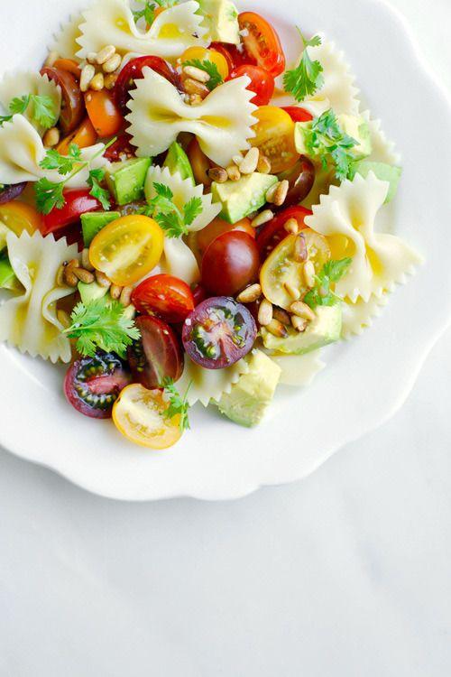 Ensalada de pasta con tomate y aguacate - CharHadas.com