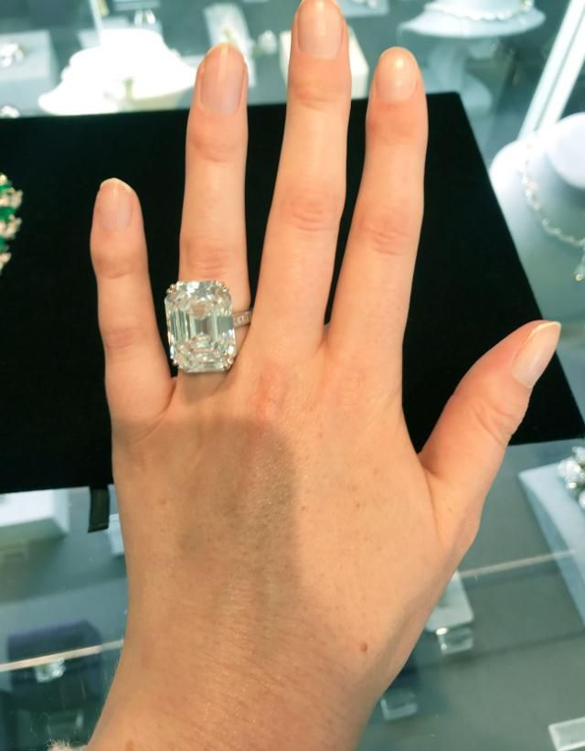 What A 28 Carat 2 Million Ring Actually Looks Like On A Hand Expensive Wedding Rings Most Expensive Diamond Ring Expensive Diamond Rings