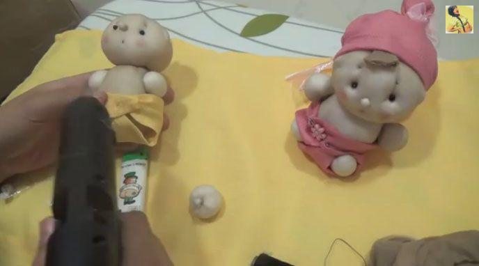 Pupazzo bebè fatto con collant – Video Tutorial.