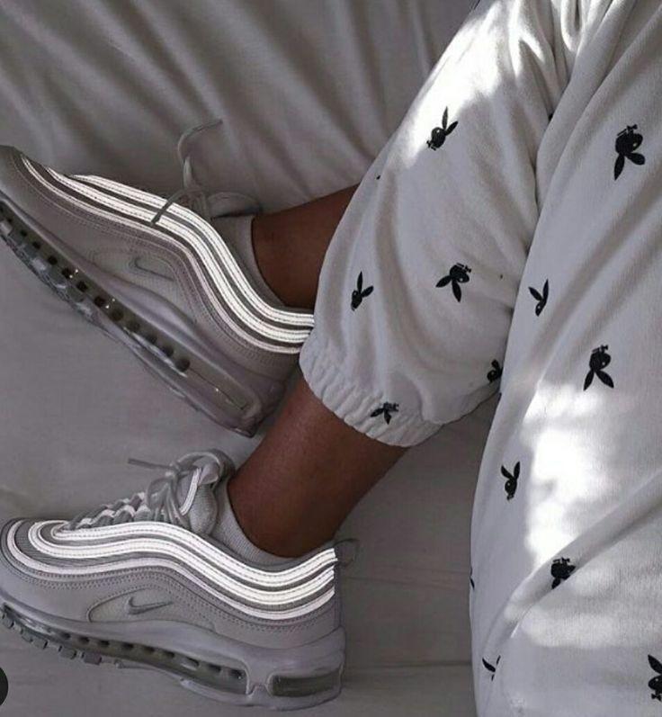 Les chaussures trop belles ! Mais le pantalon, la personne aurait pu au moins faire l'effort de s'habiller, de ne pas rester en pyjama !!!