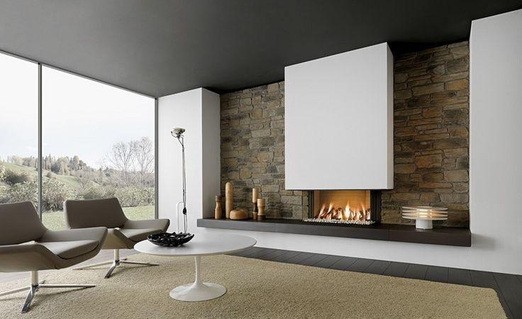 chimenea moderna en el salón amplio y luminoso