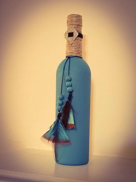 Botella de vino de estilo suroeste, pintado de turquesa, envuelto con la guita y adornado con plumas, cuentas de turquesa y un concho de la plata. Añadir un poco del sudoeste para la decoración de su hogar con esta botella de vino pintado a mano.