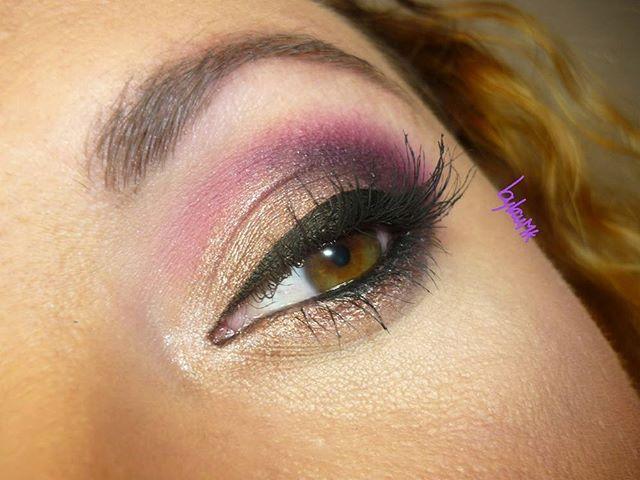 """De cerca!! Look de ojos que llevo en el vídeo de ayer!! Como ya os comenté, realizado con la paleta """"Vintage Rose"""" de @modelsown!! Si os gusta y os apetece saber cómo hacerlo, tenéis un tuto prácticamente igual en el canal!! El del review + look de la paleta """"Enchanted Forest"""" de Sleek!! ^^ #look #makeup #eyes #detail #closeup #latergram #vintagerose #eyeshadowpalette #modelsown"""