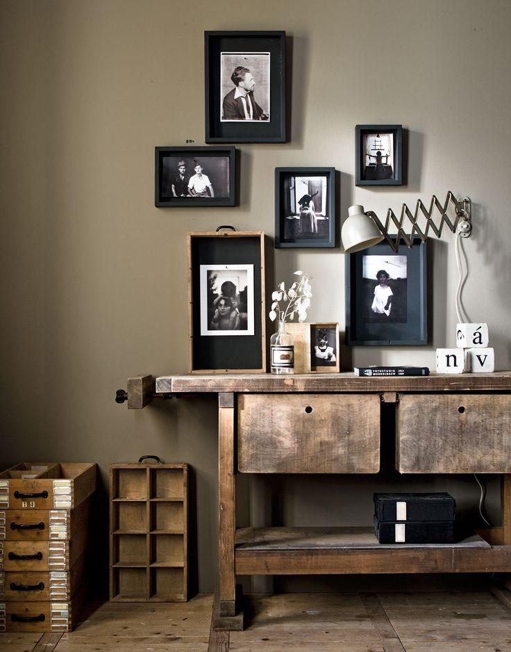 Idee voor 'inlijsten' foto's: schilder de lijsten of passe-partouts in kleurenpallet, met houten rand. Foto's met sepia- of andere filter