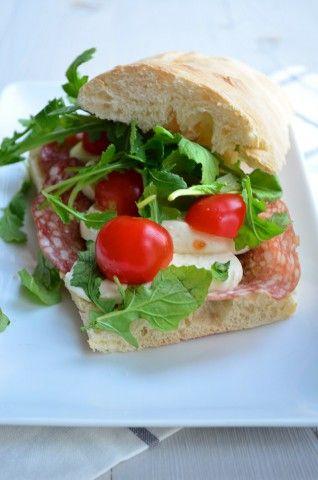 Lekker ideetje voor de lunch, een Italiaans broodje met pesto, mozzarella, tomaat en spianata romana.