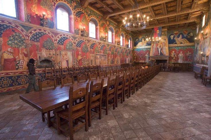 Winnica Castello di Amorosa (USA) znajduje się na nieruchomości, która była kiedyś częścią majątku posiadanego przez Edwarda Turnera Bale. Wnętrze zamku, które obejmują 107 pokoi na 8 poziomach powyżej i poniżej gruntu, obejmujące około 11.200 m 2). Wśród wielu innych funkcji posiada: fosy, most zwodzony, wieże obronne, wewnętrzny dziedziniec; salę tortur, kaplicę, pokój rycerzy.