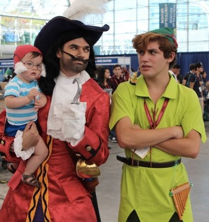 Family dressed up like Peter Pan characters. I love baby Smee. Gay Halloween Costumes, Gay Costume, Cosplay Costumes, Halloween Party, Halloween Couples, Halloween 2019, Clever Couple Costumes, Family Costumes, Epic Cosplay
