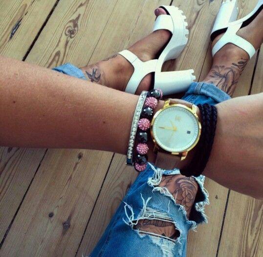@sabrinakongsted med hendes nye MVMT Gold Pearl Leather dameur, krydret med lidt lækre armbånd, et par bad as jeans der afsløre hendes tattoverede ben og hvide stiletter.  Vi er vilde med looket. Uret kan købes for 1195,- hos www.watchfelt.dk ✅ Husk at følge @watchfelt #mvmtwatcheswomen #mvmt #mostwanted #bestseller #mvmtwatches #newcollection #fashion #mode #ure #fashion   Skal du have penge tilbage i skat på Tirsdag? Alle danskere får i gnm. 5303 DKK tilbage i skat, på Tirsdag kan du gøre…
