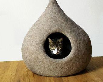 Zachte en warme vilten kat grot volledig handgemaakt, elk stuk is uniek, MADE IN ITALY.  SAMENSTELLING 100% wol gevilt met de hand met water en olijfolie zeep.  AFMETINGEN  diep : 35 cm (13,77 inches) breedte : 65 cm (25.59 inches) hoogte ( exclusief werveling ) : 55cm (21.65 inches) Cat Bed Gat diameter: 7,08 inches * kun je het uitbreiden , afhankelijk van de voorkeuren van je Kitty !  WASSEN De kat bedden zijn eenvoudig te reinigen met een stofzuiger en in de wasmachine gewassen met het…