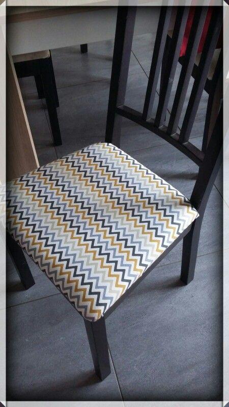 Refaire des housses de chaises avec des rideaux  Matériels : rideaux en coton (moin cher) + agrapheuse + scotch