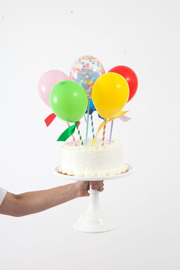Topo de bolo de mini bexigas coloridas. Foto: Oh Happy Day.