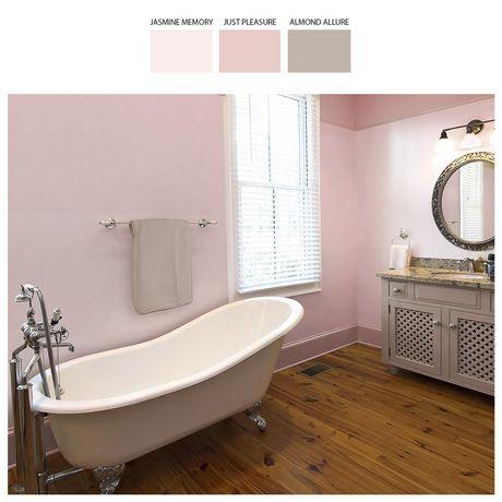 W tej łazience króluje liliowy róż, mieniące się złotem dodatki oraz intensywny koloryt drewna. elementy te wprowadzają do wnętrza woń luksusu i elegancji.