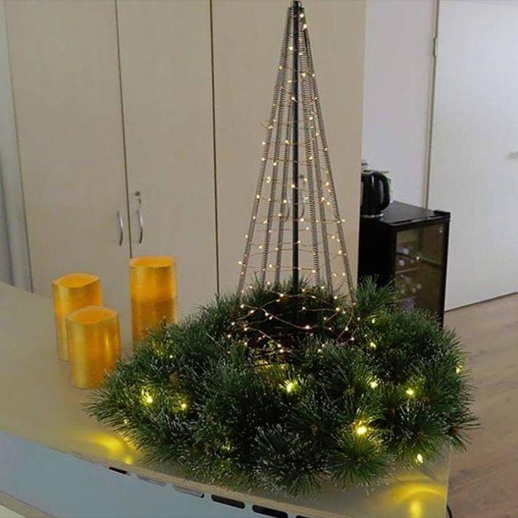 Dekoidee. Der #Türkranz macht auch als #Tischdekoration eine gute Figur. Hier wurde er mit unserem #Tischweihnachtsbaum und unseren #LED #Wachskerzen kombiniert. #weihnachten #weihnachtsdeko #weihnachten #dekoration #beleuchtung #weihnachten #kerzen #weihnachten #tischweihnachtsbaum #weihnachtsbaum