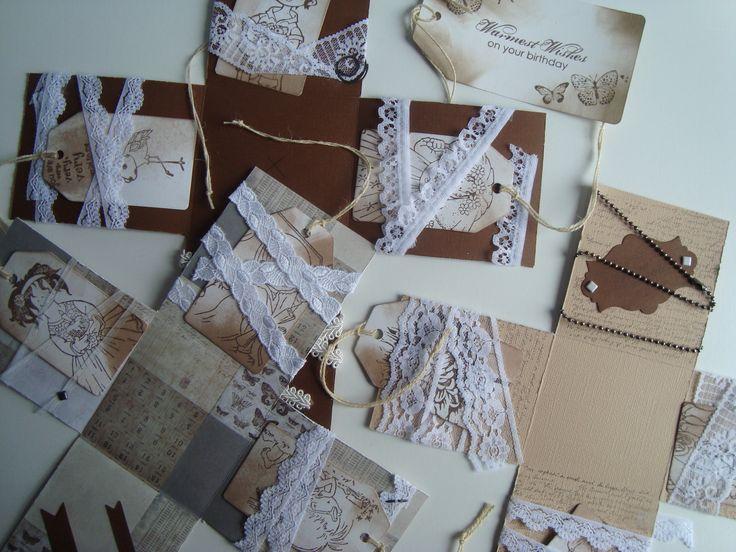 Dit is een doosje in wording. Ik heb verschillende kleuren stevig papier gebruikt om de zijkanten mee te maken. Daarna heb ik alle kanten versierd met papier, linten, kant, tags en stempels. Ik heb de randen geverfd.