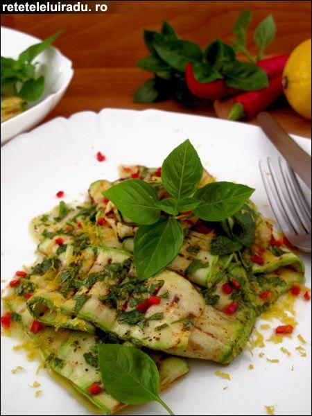 Cel mai bine este ca aceasta salata, potrivita zilelor de vara, sa fie servita nici fierbinte si nici rece, ci la temperatura camerei. Atunci are cel mai b