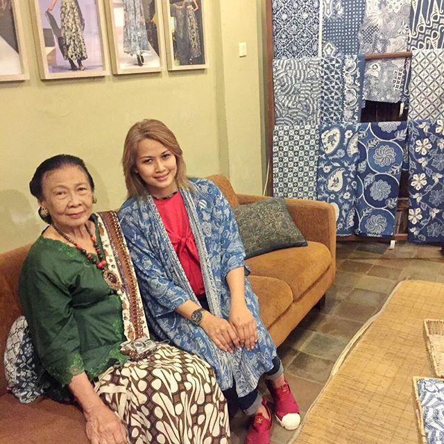 Ibu Larasati Suliantoro Sulaiman pemilik Mustokoweni Hotel dan Galeri Batik Jawa yg membuat batik dengan cara pencelupan batik zat warna alam dengan Indigofera Tintoria ( Batik Indigo )