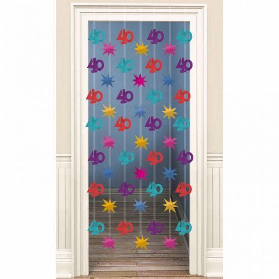 Voor een 40ste verjaardag. Gekleurd decoratie deurgordijn met hangende afbeeldingen van sterren en 40 jaar. De breedte is ongeveer 80 cm de lengte 200 cm. Te bevestigen met 2 oogjes aan een spijkertje.