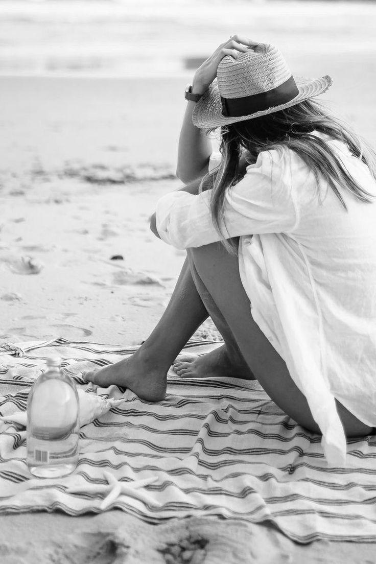 фото в шляпе на берегу моря расположенный бокал