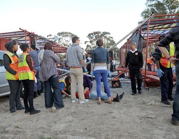 Один человек погиб и 19 получили ранения в результате падения рекламного щита во время концерта американской рок-группы Linkin Park в Кейптауне (ЮАР). Фото: Gallo Images/Jaco Marais