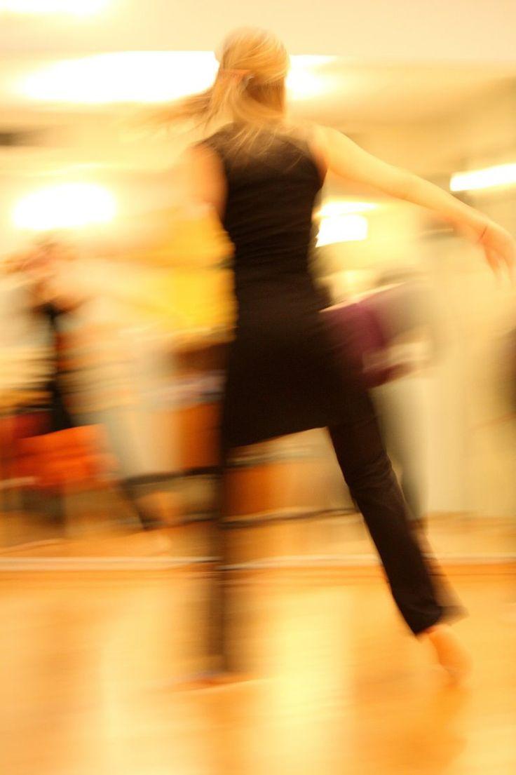 Zumba es un ejercicio aeróbico para perder peso ymantenerse en forma que se ha vuelto popularen todas partes. Zumba es unacoreografía de danzade forma sencilla(a veces4 ó 5repeticiones de má…