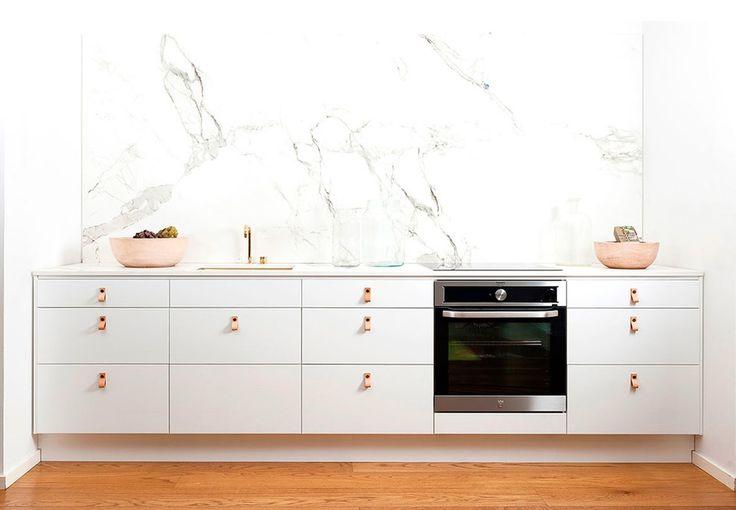 Lad dig inspirere af dette tidsløse og elegante køkken. Køkkenet er, med de anvendte rustikke og autentiske materialer i marmor, guld og læder, et af de mest trendsættende køkkener lige nu.