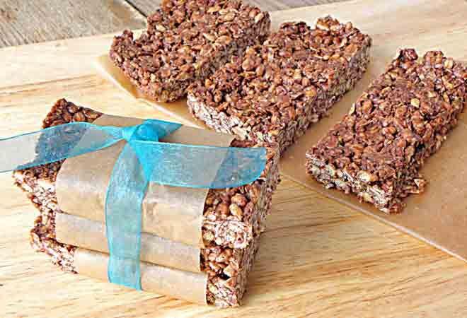 No-bake chewy cocoa granola bars. Chocolaty goodness!