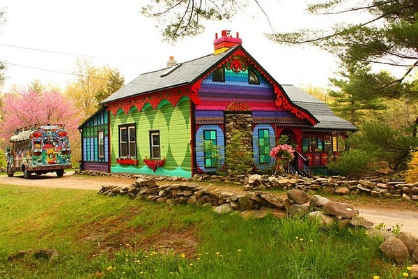 This house belongs to Katwise, an artist who makes amazing coats out of old sweaters. She took a fairly average house and made something spectacular!: Boho Gypsy, Cool Houses, Cities And Colour, Gypsy Decor, Exterior Design, Paintings Houses, Bright Colors, Bohemian Gypsy, Hippie Houses
