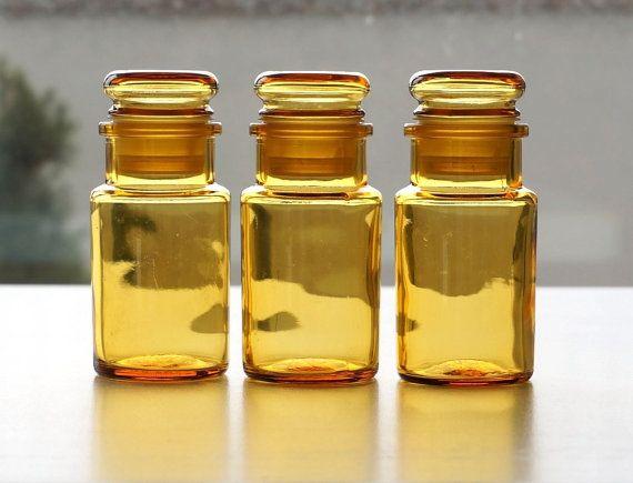 He encontrado este interesante anuncio de Etsy en https://www.etsy.com/es/listing/253716917/small-yellow-glass-jars-set-of-3-vintage