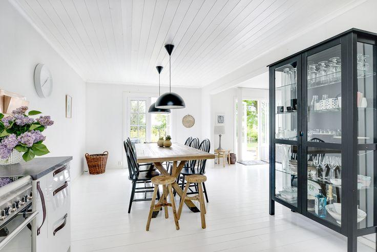 Underbart kök på Slingervägen 43 i Haverdal, Halmstad. Vitmålade golv, tak och väggar och stort ljusinsläpp! Kolla pallarna vid bordet! Och det svarta skåpet!