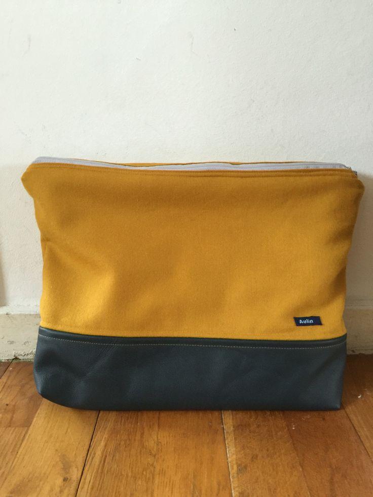 Recycled mappetaske lavet af brugt uldnederdel og en læderrest fra bunken.