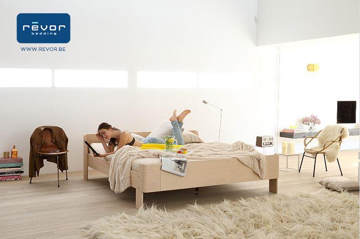 Een designbed vervaardigd uit hout. Jules Wabbes geldt zonder enige twijfel als de exponent van de Belgische designwereld tijdens de jaren '60 en '70. Zijn werk werd nu door Revor Bedding heruitgebracht! #bedkader #juleswabbes #design #slaapkamer #slaapcomfort