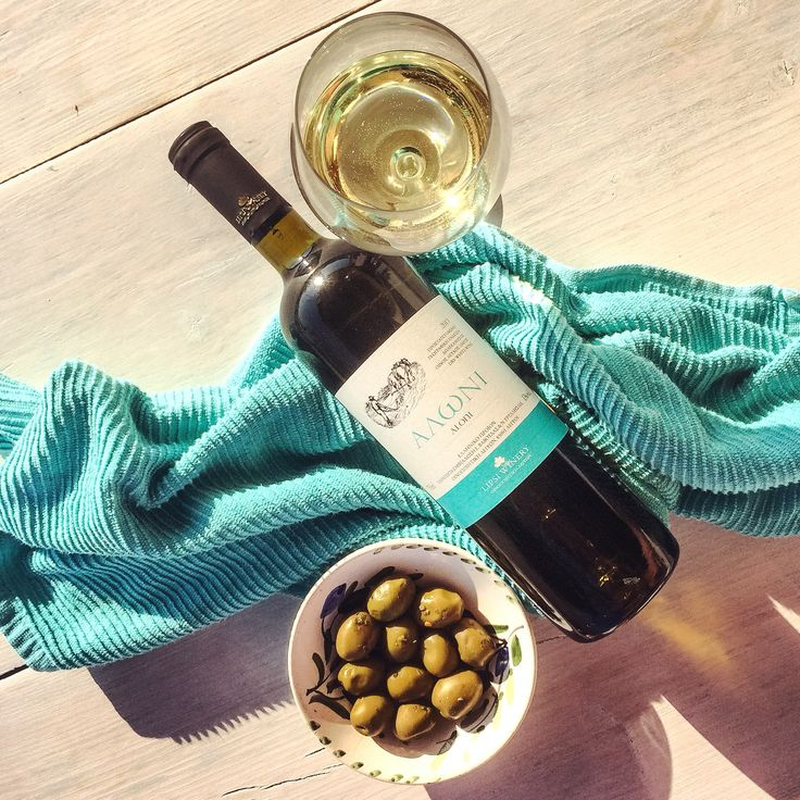 Aloni wine - delicious blend of Assyrtiko and Athiri and perfect for summer drinking!