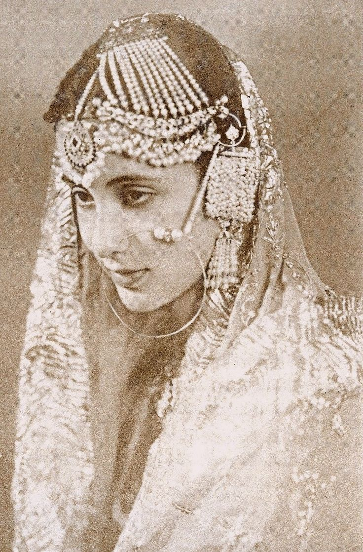 #Fashweds are looking back in admiration for the beautiful FASH of the vintage years and how it's a LIVE inspiration today one of our most fav images is that of Princess Mehrunissa of Rampur, we're in awe of the elegance of the golden years.
