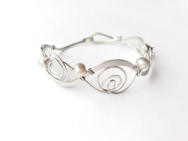 """Náramek+MR39P+""""Elegance""""+exkluzivní+perly+Autorský+šperk.Originál,+který+existuje+pouze+vjednom+jediném+exempláři+z+kolekce+""""Elegance"""".Vyniká+kouzelným+prostorovým+tvarem,+čistým+zpracováním+detailů,+krásou+pravých+perel+a+elegantním+nadčasovým+výrazem.Nevšední+řešení+s+perlami+poutá+pozornost,+ale+není+okázalé,+díky+čemuž+se+tento+šperk+hodí+ke+každé..."""