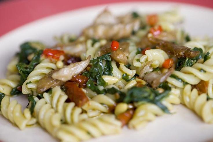 """Foto van Kees-Jan Bakker, met het bijhorende recept:  """"Recept: Biologische pasta, verse spinazie, pijnboompitten, zongedroogde tomaten gekookt in groentebouillon, kipstukjes van de vegetarische slager, knoflook, olijfolie en rode pepertjes. Inspiratie: Allrecipes.nl en een beetje van mezelf."""""""