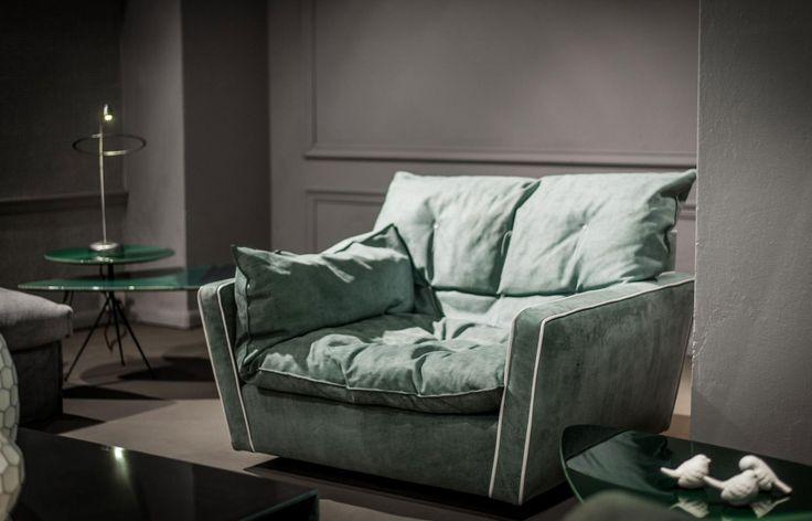 Quando si tratta di acquistare un divano ci si può veramente sbizzarrire. Di sicuro la scelta più importante, prima del brand, del tipo e del colore, è quella tra divano di pelle o in tessuto. Noi vi facciamo una domanda... chi l'ha detto che la pelle è solo invernale? Non si è capito cosa preferiamo... ;)