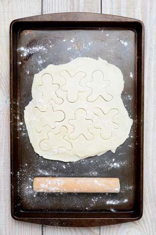Hvite kakemenn   Oppskrift 1/2 kg hvetemel 200 g sukker 200 g margarin 3 ts vaniljesukker 3 ts hjortesalt 2 dl melk Fremgangsmetode: Smuldre sammen alt det tørre med smøret, tilsett melken og rør til en fast deig som du lar stå kaldt over natten. Kjevle ut deigen og stikk ut kakemenn med kakeutstikker. Tid og ovn: Stekes midt i ovnen på 200 grader i ca. 10 minutter.              BERLINERKRANSER  Oppskrift 2 kokte eggeplommer 2 rå eggeplommer 125 g sukker 250 g usaltet meierismør…