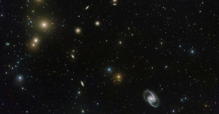 FORNALHA - Imagem do Observatório do Paranal do ESO (Observatório Europeu do Sul) no Chile mostra a concentração de galáxias conhecida por Aglomerado da Fornalha, a 65 milhões de anos-luz de distância da Terra. Sabe-se que este aglomerado contém quase 60 galáxias grandes e um número semelhante de galáxias anãs menores. As galáxias muitas vezes aparecem em aglomerados por conta da gravidade, que as une. Há aglomerados com até mil galáxias no Universo