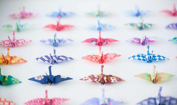 結婚式に折り紙の鶴をオシャレに使うアイデアをご紹介します。 鶴は昔から縁起の良い鳥とされていて、結婚式の着物の柄としてもよく使われていて、結婚式にピッタリなんです。折り紙というと席札しか使えないんじゃないかと思われるかもしれませんが、使い道は他にもたくさんありますよ。