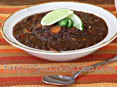 Makkelijk zwarte bonensoep recept met een minimum aan ingrediënten zodat je binnen het half uur met nauwelijks werk en nauwelijks afwas zal genieten van een vullende kom hete soep.