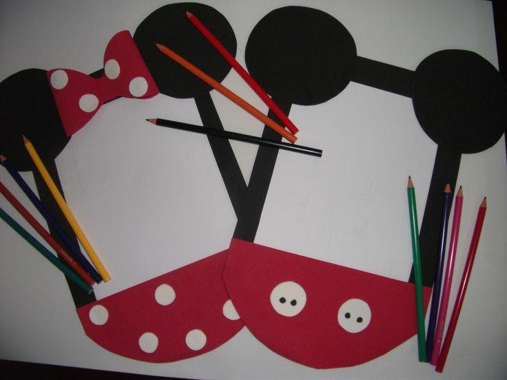 Risque e rabisque feito em eva, no eterno tema da Disney Mickey ou Minnie acompanha giz de cera pequeno com 6 cores ou lápis de 6 cores e 5 folhas brancas .  Embalado em saquinho de celofane transparente e adesivo de artesanato . Lindo confiram ....Feito também no tema rosa e amarelo.