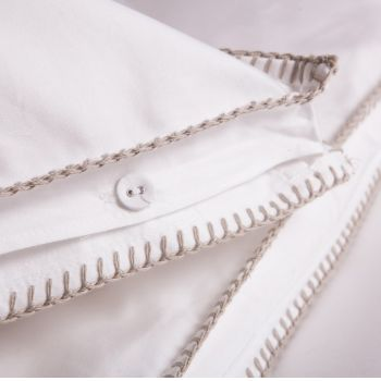 Super King Size Blanket Stitch Duvet Set: Exquisite luxury kingsize bed linen made of 800TC pure white Sateen Cotton in a box model with thick cotton Feston stitches at both sides.
