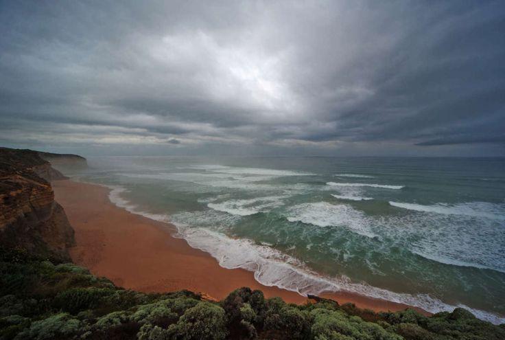 Great Ocean Road, Australië. Door gebruik groothoeklens komt de hemel met de waterige zon en wolken perfect in beeld © Artstudio23.com